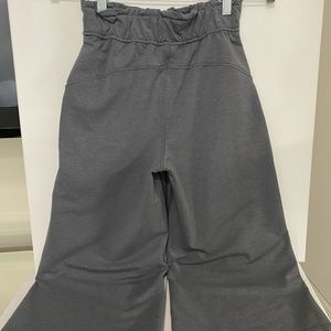 lululemon athletica Pants & Jumpsuits - Lululemon like new sz 2 gray SoftAmbitionsCrop